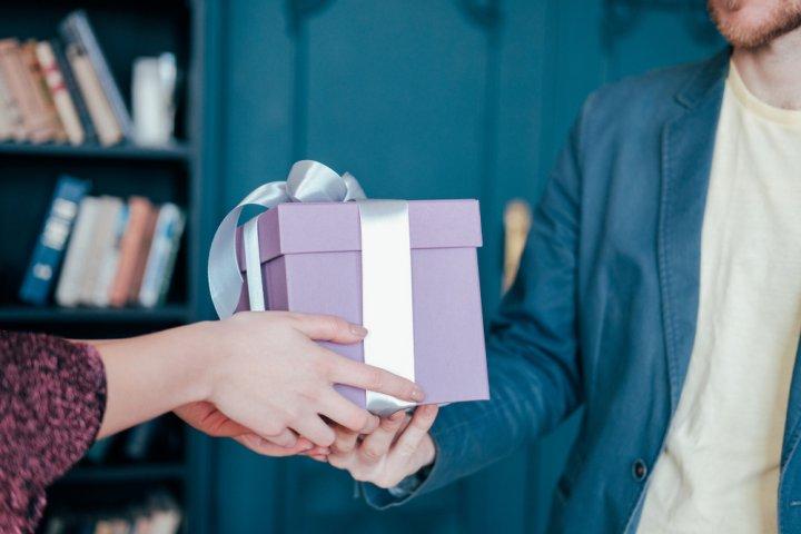 彼氏がもらって嬉しい誕生日プレゼントランキングTOP30!人気ブランド・サプライズアイデアも大特集!