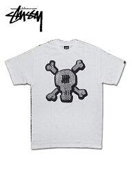 """ステューシー 【送料無料】【あす楽対応】【楽ギフ_包装】【メンズ Tシャツ・ホワイト】Stussyステューシー【M】【UNDEFEATED SKULL TEE】""""ステューシー×アンディフィーテッドコラボスカルTシャツ"""""""