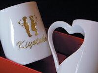 ハートマグカップ 名入り,名入れ,有田焼ハート型ペアマグカップ.文字金色着色.送料無料(沖縄と離島を除く)結婚記念,結婚祝いギフト,結婚祝いプレゼント.名入れ.クリスマス.ブライダル.ギフト.贈答配送.磁器.ハート型 ペアマグ G1【RCP】
